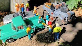 BRUDER TRUCKS Dino Zoo in Bruder RC Land Rover JURASSIC PARK