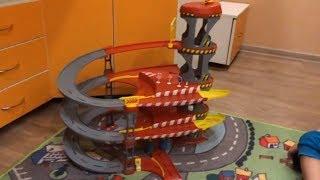 Детский гараж с подъемником, играем машинками на трехуровневой парковке