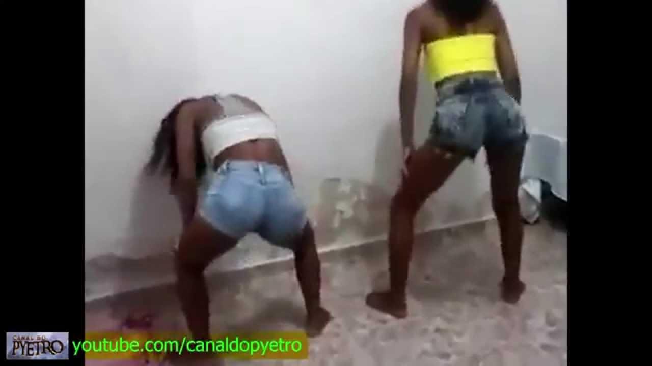 Duas gostosas dancando playlist de funk de shortinho - 2 9