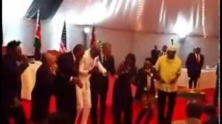 "Raw Video Obama and Uhuru dancing to Sauti Sol ""Sura yako""   el pibe"