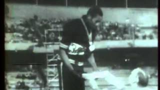 Tommie Smith et John Carlos poings gantés.mp4