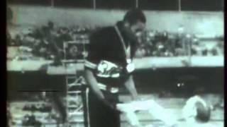 Tommie Smith et John Carlos poings gantés.mp4