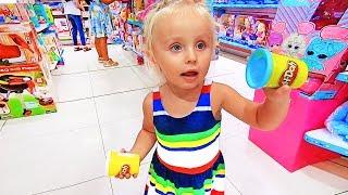 Ева нашла подарки и много Игрушек, куклы в Магазине
