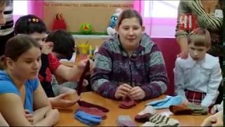 В доме престарелых связали носки для сирот