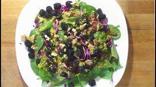 Салат с капустой, шпинатом и ежевикой