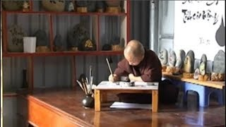 Sư thầy tí hon 30 tuổi chỉ bé bằng chai sữa đậu và thiên bẩm viết thư pháp dù không biết chữ
