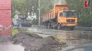В Белорецке дорожники укладывали асфальт во время ливня