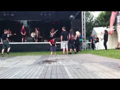 Kleiner Junge geht ab zu Keep Distance  Stadtfest Cottbus 2013