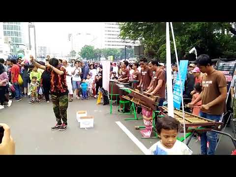 "Street Music in Jakarta # 01 ""Srandil Angklung Percution"" Car Free Day"