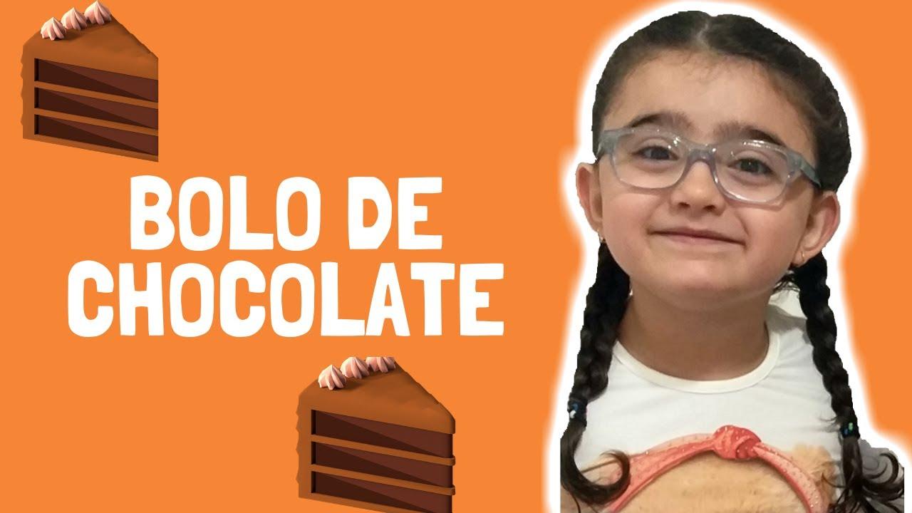 Clara Clarilu preparando um delicioso bolo de chocolate com receita fácil de fazer