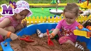 Дети играют в песочнице на детской площадке Kids play in the sandbox at the Playground