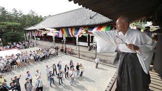 唐招提寺(奈良市)で19日、「うちわまき」の名で親しまれる法要「梵網...