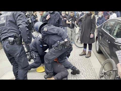 شاهد: اشتباكات بين متظاهرين ضد إجراءات كورونا والشرطة الألمانية…