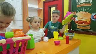 Игры для детей в торговом городке.  Мамы и дочки.