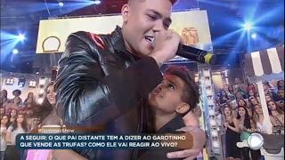 Felipe Araújo surpreende fã no palco do Domingo Show