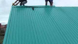 видео Доборные элементы для кровли из металлочерепицы: монтаж капельника, торцевой (ветровой) и карнизной планки