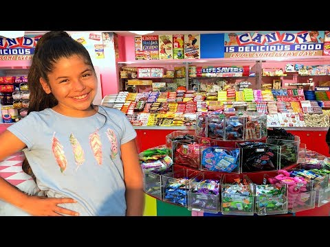Annie Pretends To Play As Candy Maker Toy Store