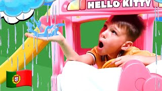 Vania y Mania juegan con un nuevo bus de Hello Kitty