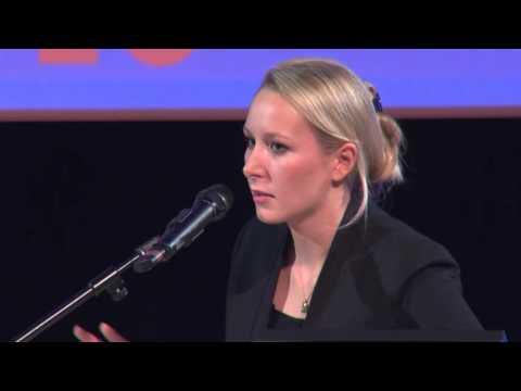 Marion Maréchal-Le Pen devant la Chambre de Commerce et d'Industrie à Marseille