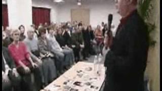 conférence médiumnique en salle. Le Medium en contact avec l