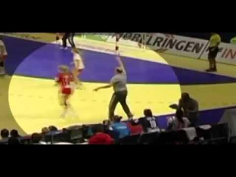 HLV sàm sỡ cầu thủ nữ ngay trên sân