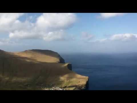 phantastischer Blick auf den Atlantik von den Färoer Inseln von einem Berg auf der Insel Eysturoy