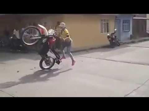 Así es como se conduce una moto... Mujer Conduciendo Moto