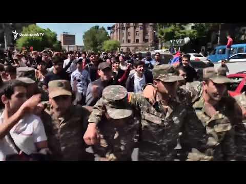 Ցուցարարներին միացան զինվորական համազգեստով երիտասարդներ