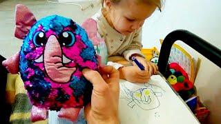 Папа рисует в альбоме Даша балуется рисует на ногтях. Челлендж - срисовать игрушку Shimmeez.