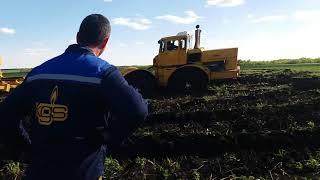 """Неудачная попытка вытащить К-700 с сеялкой """"Омичка"""" трактором Т-150К из болотца"""