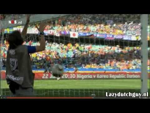 Rafael van der Vaart schopt cameraman FIFA knock-out