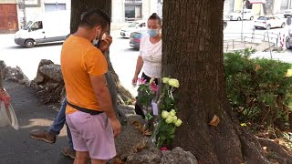 Prete ucciso a Como, rose e lacrime nel luogo in cui è stato accoltellato a morte