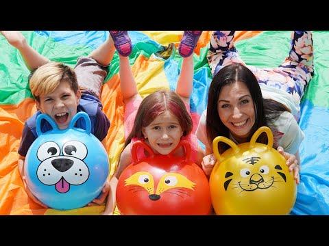Мама и дети играют в веселые игры с водными шариками