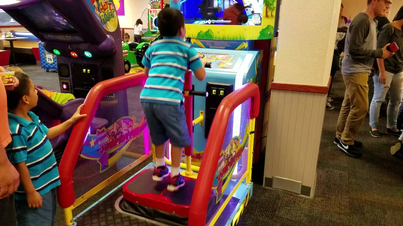 Chuck E Cheese Indoor Game Jumping Fun Youtube