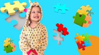 Маленькая девочка Мия играет с папой и собирают игрушечные пазлы , учат цвета и названия животных!