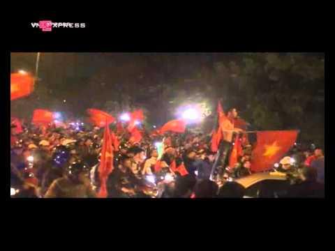 Việt Nam vô địch, mừng chiến thắng, Hồ Gươm rực màu lửa đỏ sao vàng.