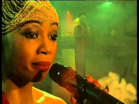 Kelly Khumalo performs 'Asine' LIVE!