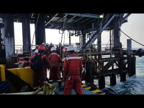 Live in offshore platform : jumping rope  personal transfer boat to platform