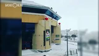Рабочий, чистивший снег на крыше «Баскет-холла», повис на страховочном тросе
