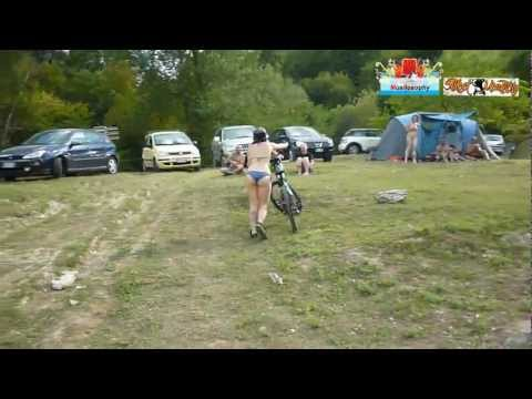 Ragazza In Bikini Si Getta Nel Lago Con Montain Bike : Sport Estremo (Jumping)