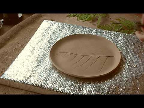 Глиняная тарелка с оттиском растения