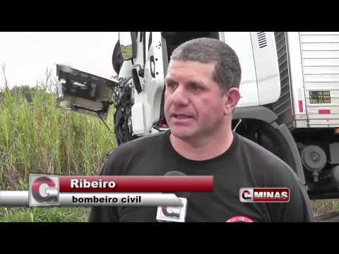 Caminhão quase cai da ponte em Guaranésia