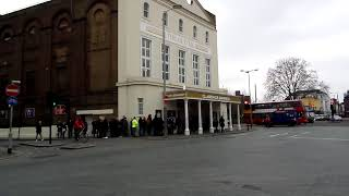 LONG LINES WAITING IN OLD VIC THEATRE LONDON  - CLARENCE DARROW WITH KEVIN SPACEY