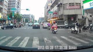 2012 3 28 下午5點34分 嘉義市仁愛路車禍 有個老人被撞 第2段