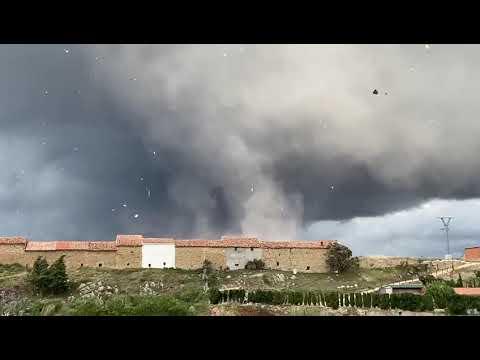 Un impresionante tornado arranca tejados en Castellón