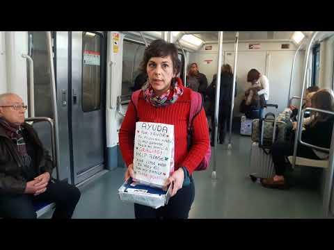 Madre de dos hijos pidiendo en el metro de Barcelona