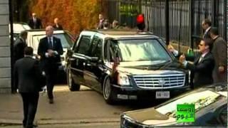 اوباما يغادر سيارته الرئاسية بعد ان علقت بالارض