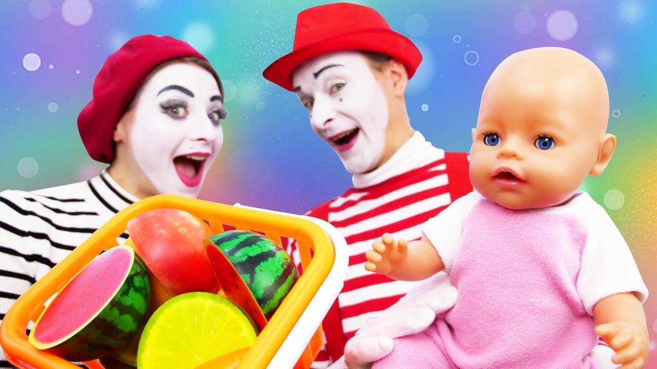Video mit Baby Born. Der Clown geht auf den Markt. Spielspaß im Ballbecken.