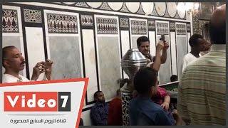 هوس التصوير يصيب مريدى الحسين أمام مقامه فى رمضان