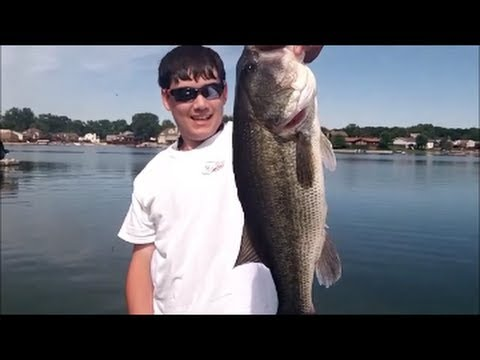 Catching GIANT BASS on ZOOM Super Flukes – Bass Fishing